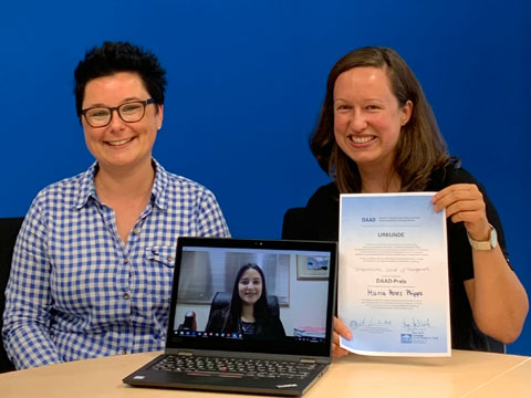 Long-distance ceremony: Since Maria (middle) is currently in the Dominican Republic, Prof. Dr. Anna Quitt (Head of Campus Frankfurt, left) and Inka Weinhold (International Office, right) awarded the prize via Skype.